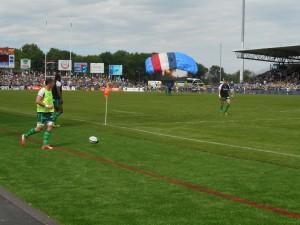 Le ballon du match arrive par les airs