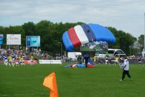 Le ballon du match arrive par les airs(2)